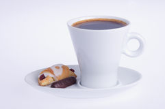 咖啡用在茶碟的新月形面包和巧克力 免版税库存照片