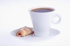 咖啡用在茶碟的新月形面包 库存图片