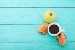 咖啡用在蓝色木桌上的新月形面包 选择聚焦 库存照片