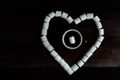 咖啡用在蛋白软糖中的蛋白软糖在h形状  免版税图库摄影