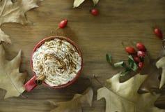 咖啡用奶油色顶部和南瓜香料 免版税库存照片