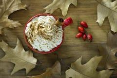 咖啡用奶油色顶部和南瓜香料 免版税图库摄影