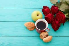 咖啡用新月形面包,曲奇饼,苹果,在蓝色木背景的英国兰开斯特家族族徽 复制空间 嘲笑 顶视图 华伦泰 免版税库存图片