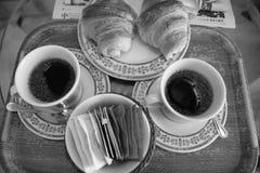 咖啡用新月形面包 免版税库存图片