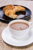咖啡用新月形面包 免版税库存照片
