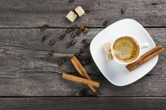 咖啡用桂香和糖在木背景 图库摄影
