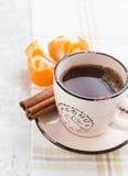咖啡用桂香和蜜桔 免版税库存图片