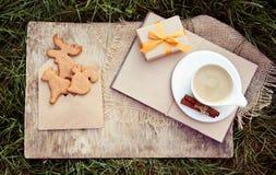 咖啡用牛奶和曲奇饼以动物的形式 姜饼干和一份热的饮料 秋天礼物 免版税图库摄影