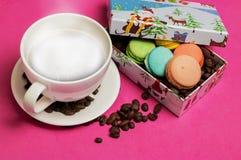 咖啡用蛋白杏仁饼干和咖啡豆 免版税库存图片