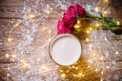 咖啡用蛋白杏仁饼干和玫瑰 库存照片