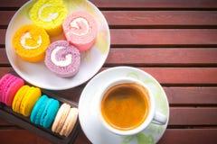 咖啡用蛋白杏仁饼干和蛋糕滚动 库存照片