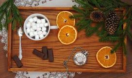 咖啡用蛋白软糖、巧克力、银色怀表和圣诞树在黑暗的木背景分支 圣诞节和新 免版税库存照片