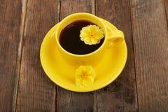 咖啡用香料和花在一木桌backgroun 免版税库存照片