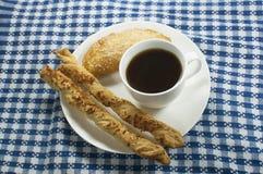 咖啡用empanada和乳酪棍子 免版税库存照片