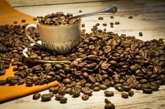 咖啡瘾 静物画用在桌上的一个咖啡馆 库存照片