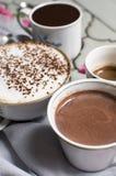 咖啡的不同的类型 四个杯子热的芳香咖啡和巧克力 比利时巧克力热饮,浓咖啡,浓咖啡macchiato和 免版税库存图片