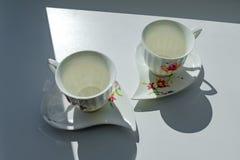 咖啡的两个杯子在阳光下 皇族释放例证