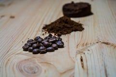 咖啡的准备的三个阶段:五谷,击碎和被按的片剂 表面木 浓咖啡 工作barista 库存图片