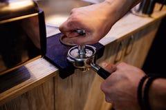 咖啡的准备的进程 免版税库存图片