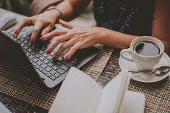 咖啡的女商人在膝上型计算机特写镜头打印 库存照片