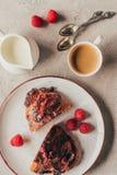 咖啡的安排顶视图和甜酥皮点心用莓在板材 库存图片