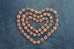 咖啡的心脏作为爱的标志 我爱咖啡豆心脏形状背景 免版税图库摄影