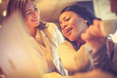 咖啡的时刻和放松 2 business woman 图库摄影
