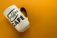 咖啡的杯子在黄色背景 库存图片