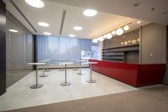 咖啡的空的空间在大会办公处 库存照片