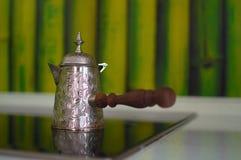 咖啡的金属土耳其人在火炉 库存照片