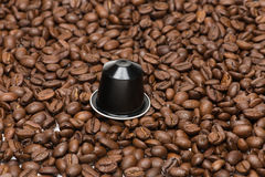 咖啡种子与胶囊的 库存照片
