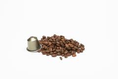 咖啡种子与胶囊的 免版税库存照片