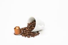 咖啡种子与胶囊的 免版税库存图片