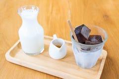 咖啡立方体用在咖啡馆的新鲜的牛奶 库存照片