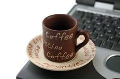 咖啡笔记本个人计算机 免版税库存照片
