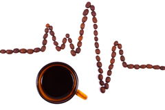 咖啡粒和咖啡心电图线、医学和医疗保健概念 免版税库存照片