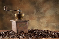 咖啡粒和磨咖啡器 免版税库存照片