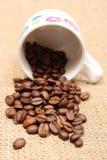 咖啡粒堆与被翻转的杯子的 免版税图库摄影