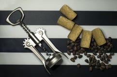 咖啡粒松果拔塞螺旋和黄柏在背景 库存图片