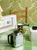 咖啡绿色厨房设备减速火箭的桌布 免版税库存图片