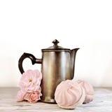 咖啡罐、玫瑰和蛋白软糖在减速火箭的口气 免版税库存照片