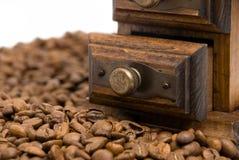 咖啡老被塑造的研磨机 库存图片