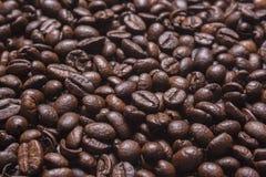 咖啡背景五谷  软绵绵地集中 免版税库存图片