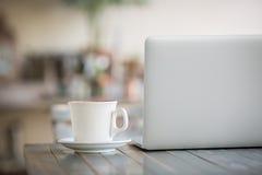 咖啡膝上型计算机 库存图片