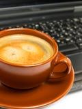 咖啡膝上型计算机 库存照片