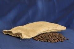 咖啡袋和豆 免版税库存图片