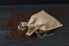咖啡袋-在帆布咖啡大袋的咖啡豆 库存照片