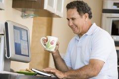 咖啡计算机厨房人微笑 免版税库存图片