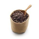 咖啡豆、粗麻布大袋和木瓢 库存图片