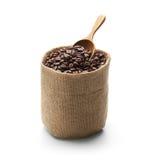 咖啡豆、粗麻布大袋和木瓢 库存照片